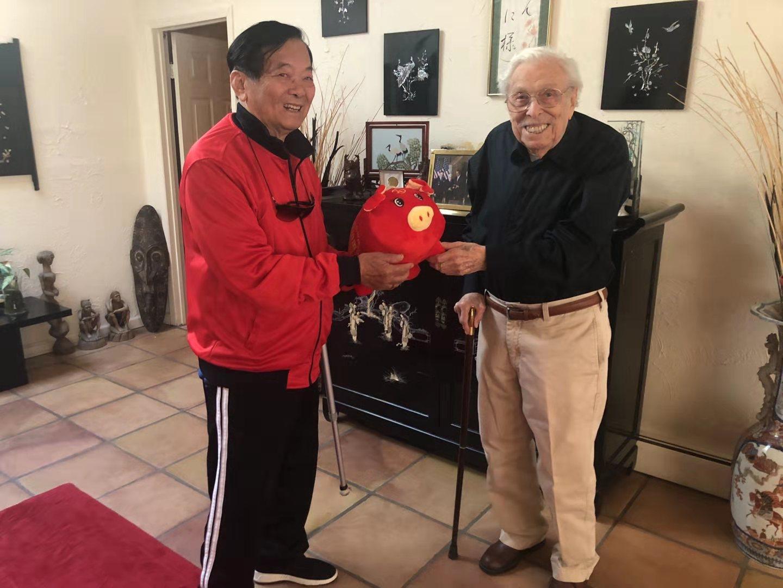 纽约 90华人教师获70周年建国纪念章